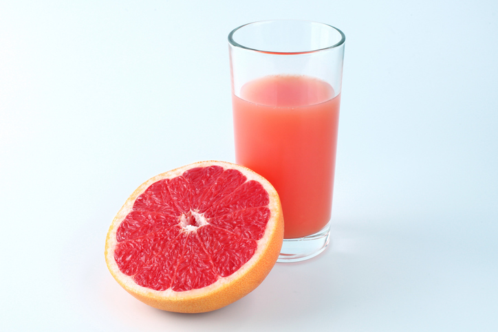 Grapefruit-half-and-glass-of-grapefruit.jpg